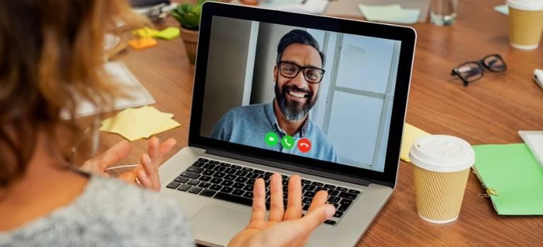 Eine Frau redet mit einem Mann im Video-Chat.