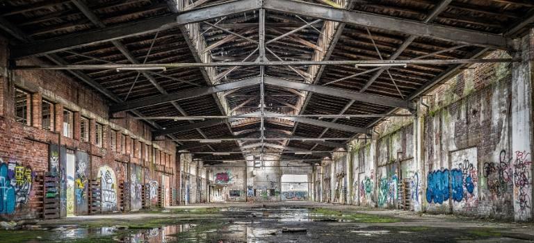 Leere Fabrikhalle.
