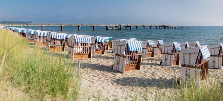 Strandkörbe am Ostsee-Strand.