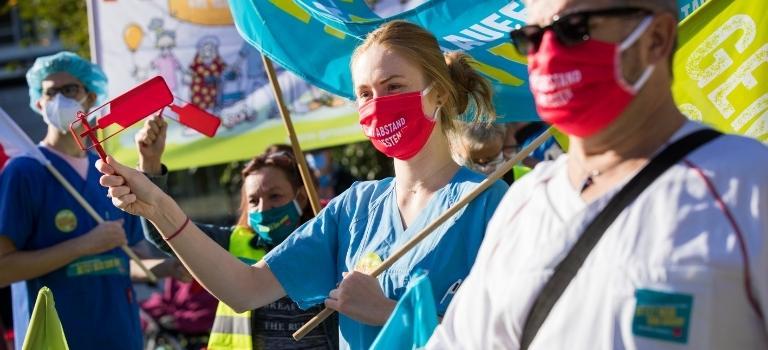 Beschäftigte des Gesundheitswesens streiken bei der zweiten Verhandlungsrunde TVöD in Potsdam.