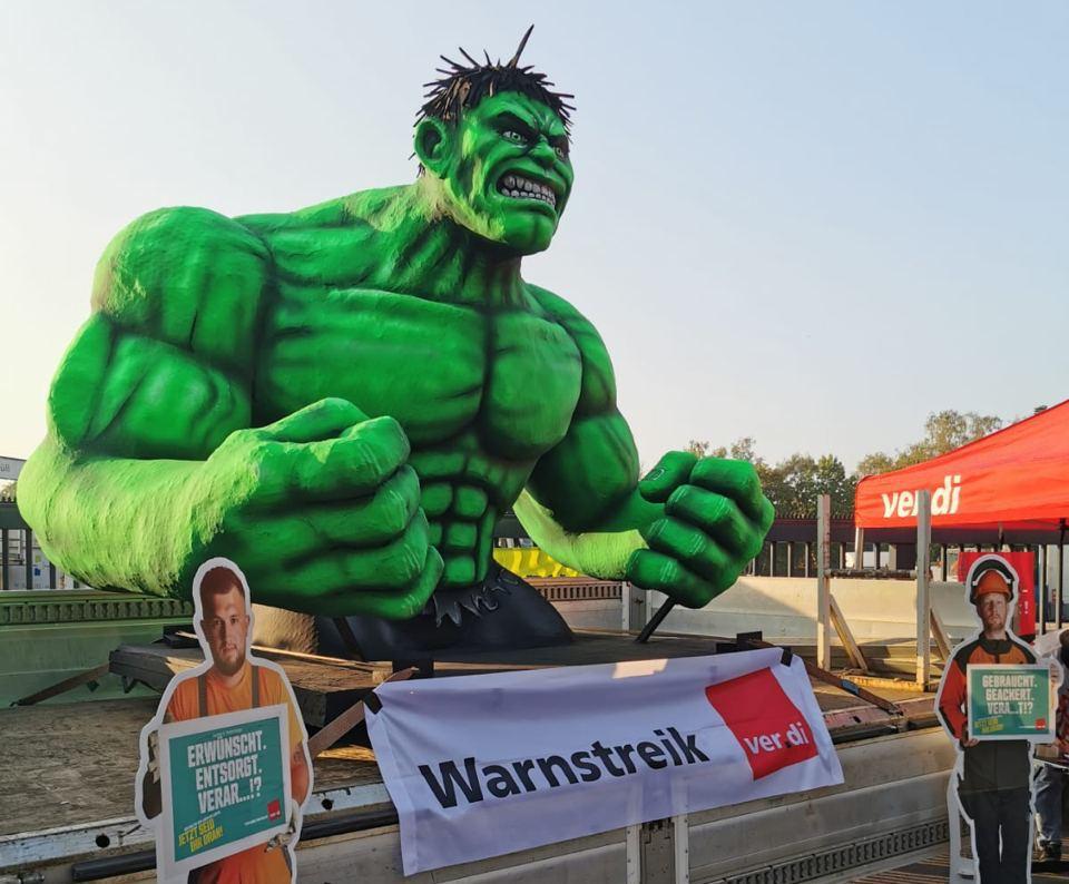 Eine überlebensgroße Figur des Incredible Hulk zeigt beim ver-di Warnstreik der Wirtschaftsbetriebe Duisburg Muskeln