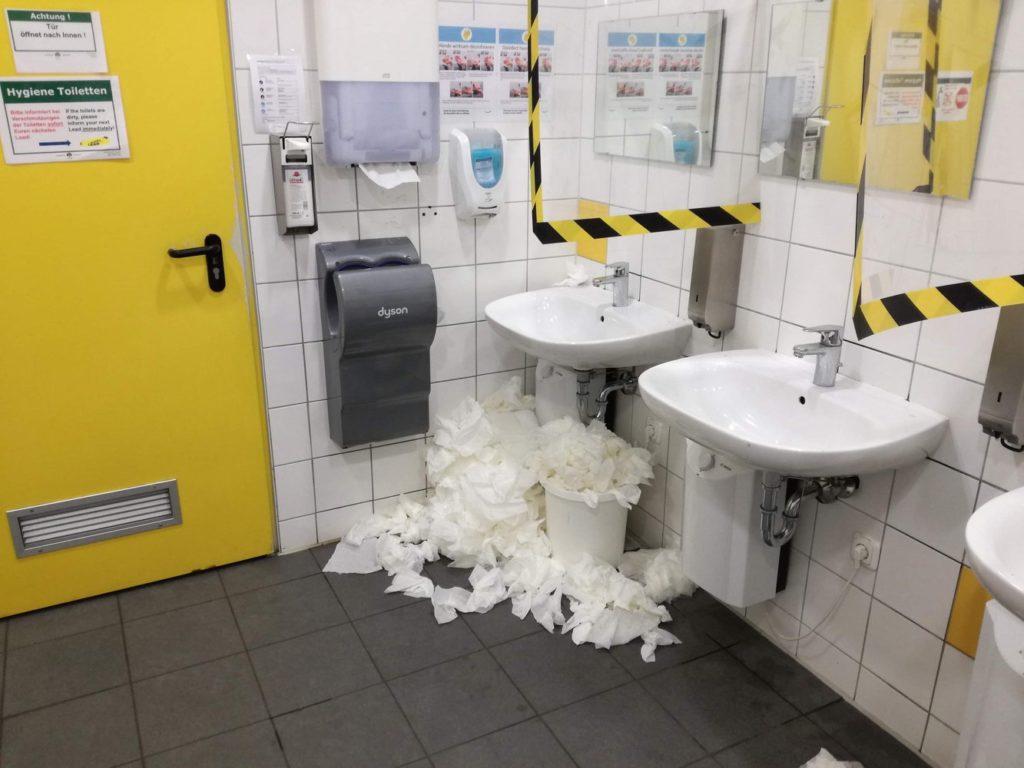 Toiletten mit überquellenden Mülleimern während der Corona Pandemie beim Amazon-Standort Graben