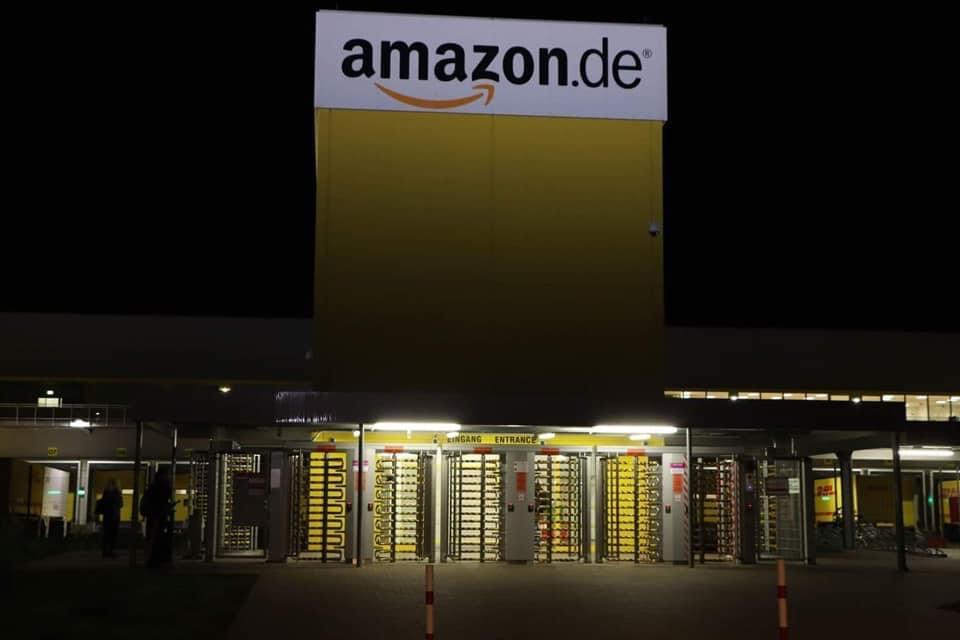 der eingang zum amazon Fullfilment Center in Graben bei Augsburg bei Nacht